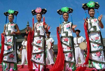 Women with traditional Manchu clothes