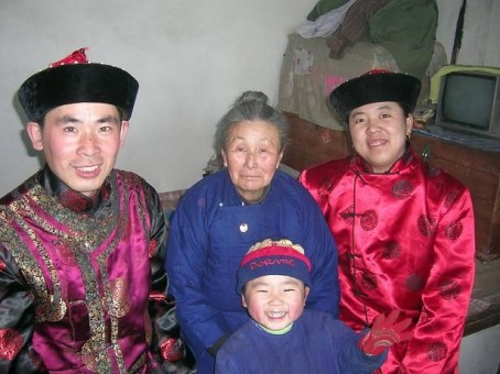 A Manchu family with traditional clothes